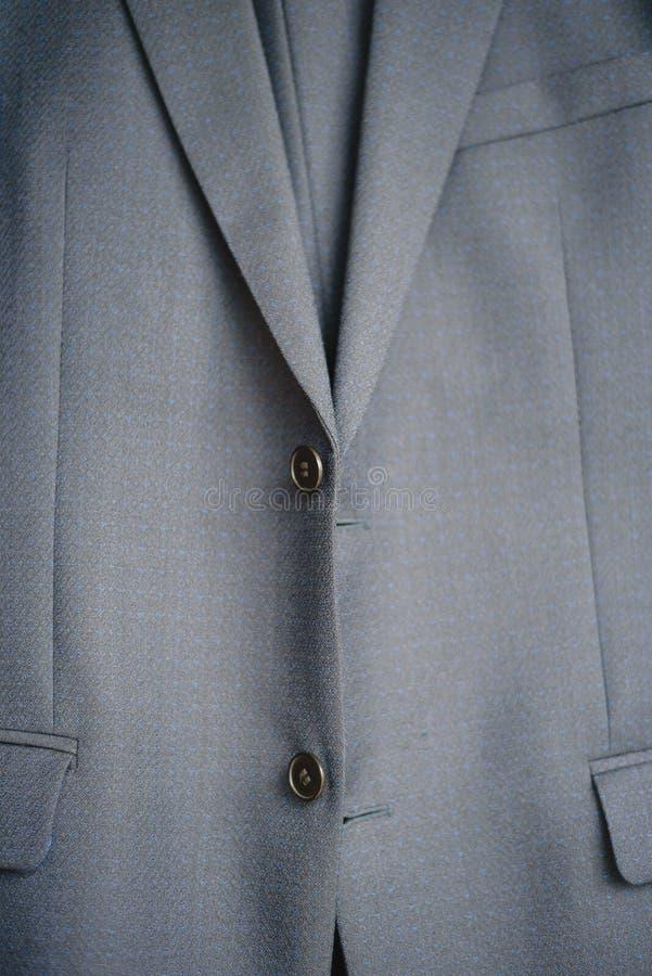 Plan rapproché d'un bouton sur une veste bleue d'affaires photographie stock libre de droits