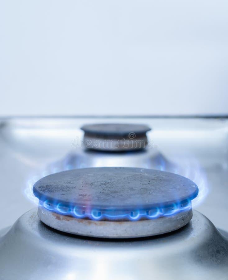 Plan rapproché d'un brûleur à gaz de fourneau images libres de droits