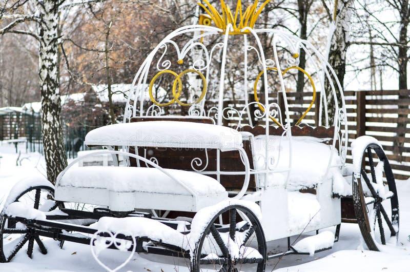 Plan rapproché d'un chariot de fer de svabednaya avec un beau paysage arrière de neige photos libres de droits