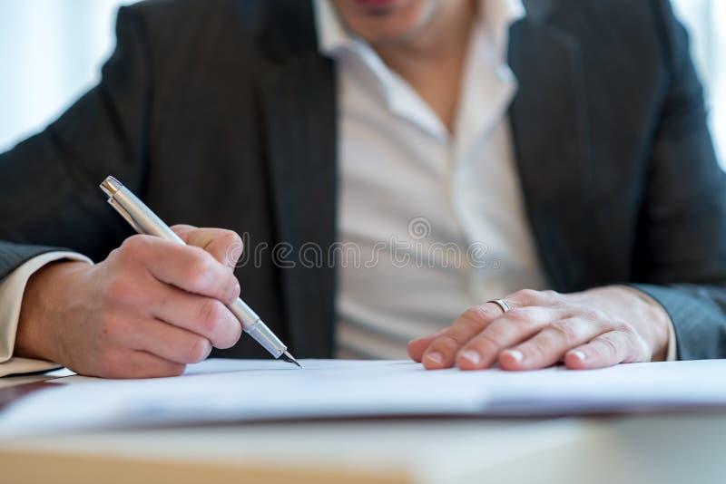 Plan rapproché d'un contrat de signature d'homme d'affaires photo libre de droits