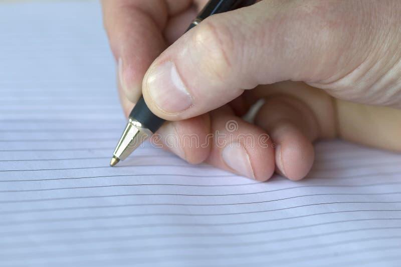 Plan rapproché d'un crayon sur un bloc - notes photographie stock libre de droits