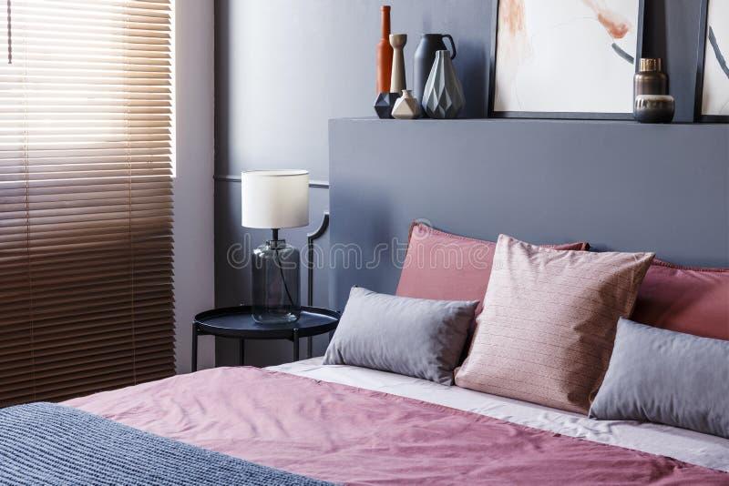 Plan rapproché d'un double lit décoré des oreillers dans une chambre d'hôtel image stock