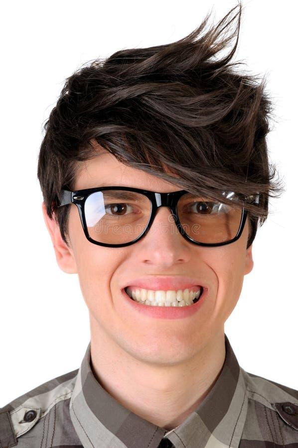 Plan rapproché d'un employé de bureau ringard truquant un sourire, d'isolement sur le blanc photographie stock