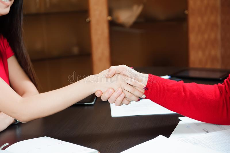 Plan rapproché d'un entraîneur d'affaires de poignée de main d'affaires tenant la formation pour le personnel image stock