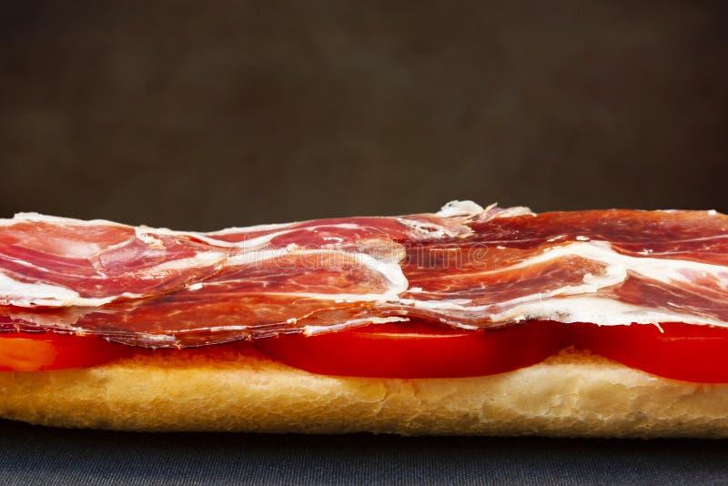 Plan rapproché d'un foyer sélectif de serrano de pain grillé espagnol de jambon image libre de droits