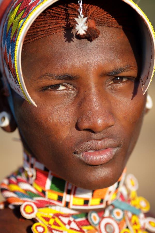 Plan rapproché d'un guerrier de Samburu dans le courrier d'archers, Kenya photos libres de droits