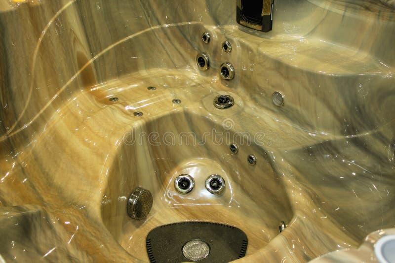 Plan rapproché d'un jacuzzi dans la chambre publique de la station thermale de luxe de santé photographie stock
