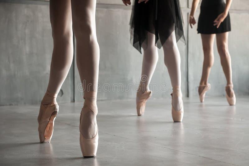 Plan rapproché d'un jeune ballet photo stock