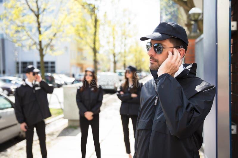 Plan rapproché d'un jeune garde de sécurité masculin photographie stock
