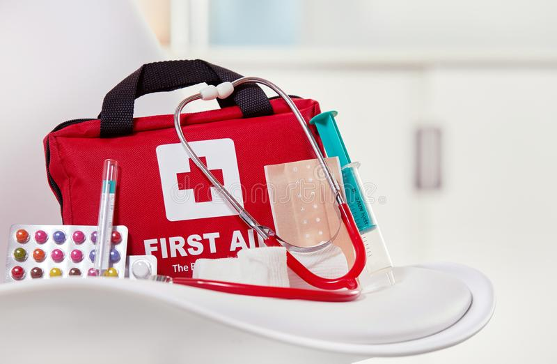 Plan rapproché d'un kit de premiers secours à un centre médical image stock