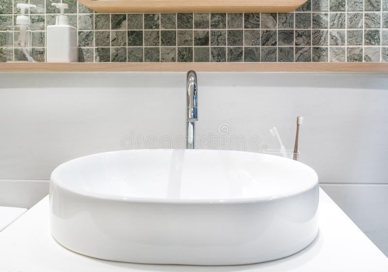 plan rapproch d 39 un lavabo dans une salle de bains moderne photo stock image 62370901. Black Bedroom Furniture Sets. Home Design Ideas