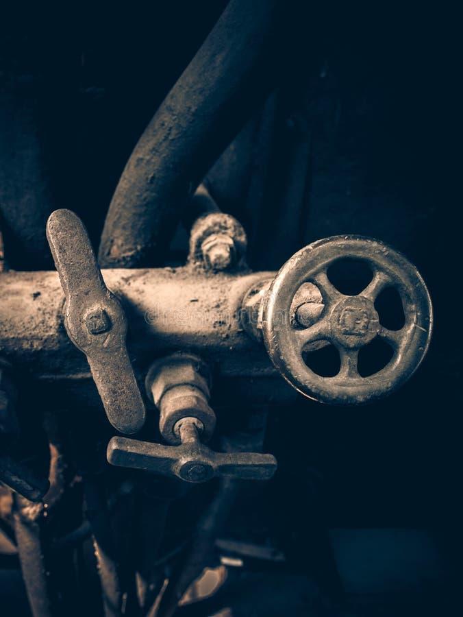 Plan rapproché d'un mécanisme de grue et une valve d'offre de vapeur dans l'escroquerie photo stock
