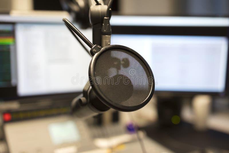 Plan rapproché d'un microphone dans le studio de radiodiffusion de station de radio photographie stock