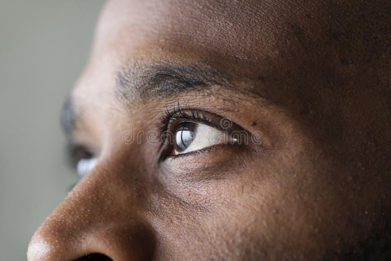 Plan rapproché d'un oeil d'un homme de couleur photographie stock libre de droits