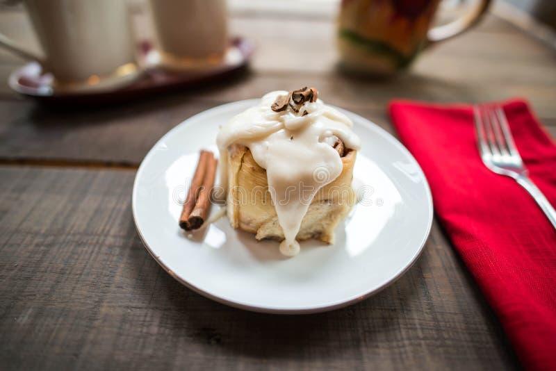 Plan rapproché d'un petit pain de cannelle simple photos stock
