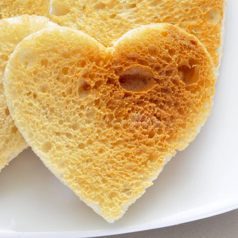 Pains grillés en forme de coeur photos stock