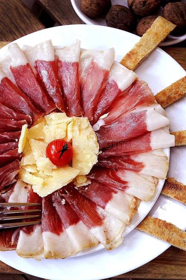 Plan rapproché d'un plat avec le lard et le fromage et la tomate dedans sur le dessus images libres de droits