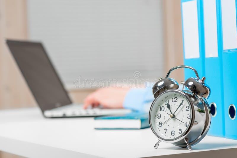 Plan rapproché d'un rétro réveil sur le bureau images stock