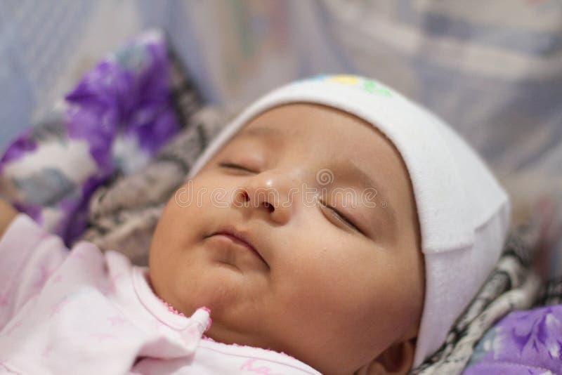 Plan rapproché d'un sommeil infantile indien de bébé images stock