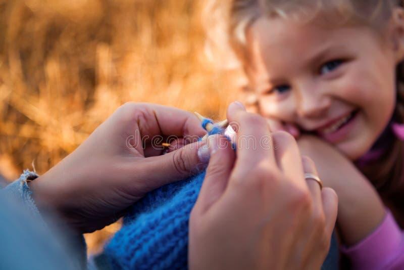 Plan rapproché d'un tricotage de jeune femme photographie stock