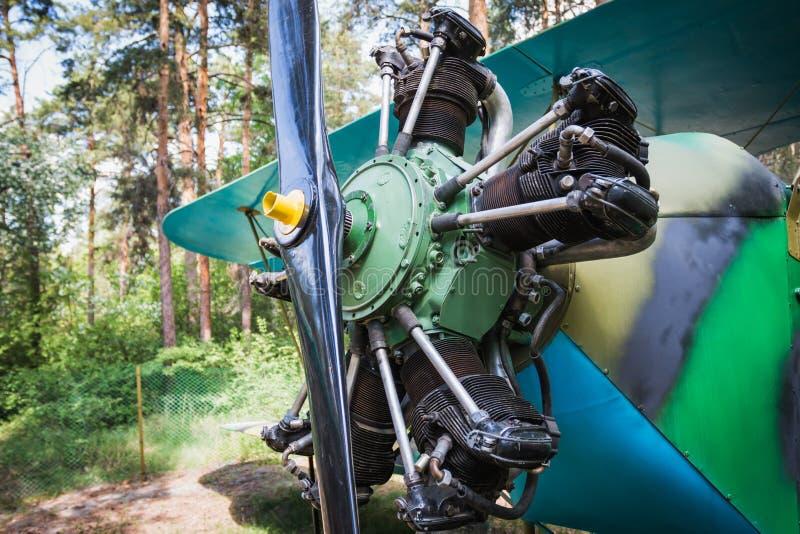 Plan rapproché d'un vieux moteur d'avions de piston sur un rétro avion image stock