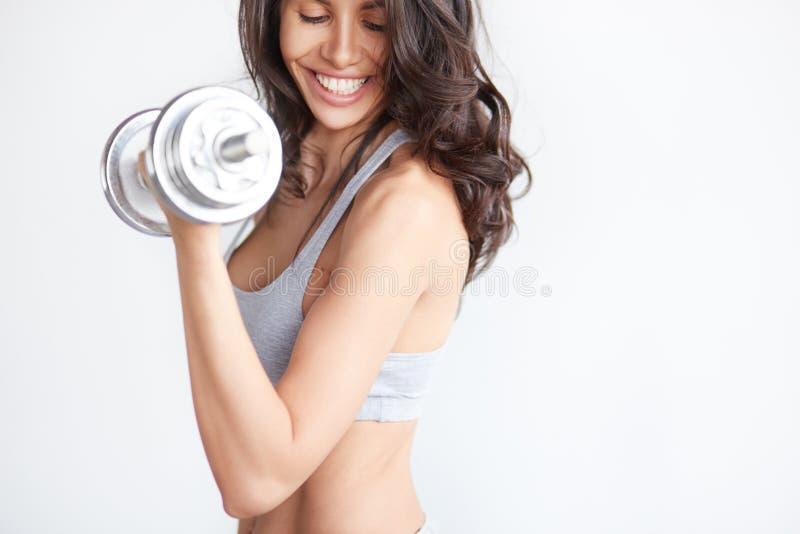 Plan rapproché d'un woman& x27 ; bodybuilder de corps de s dans le gymnase photos libres de droits
