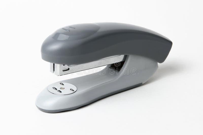 Plan rapproché d'une agrafeuse grise de bureau, d'isolement sur le fond blanc photographie stock