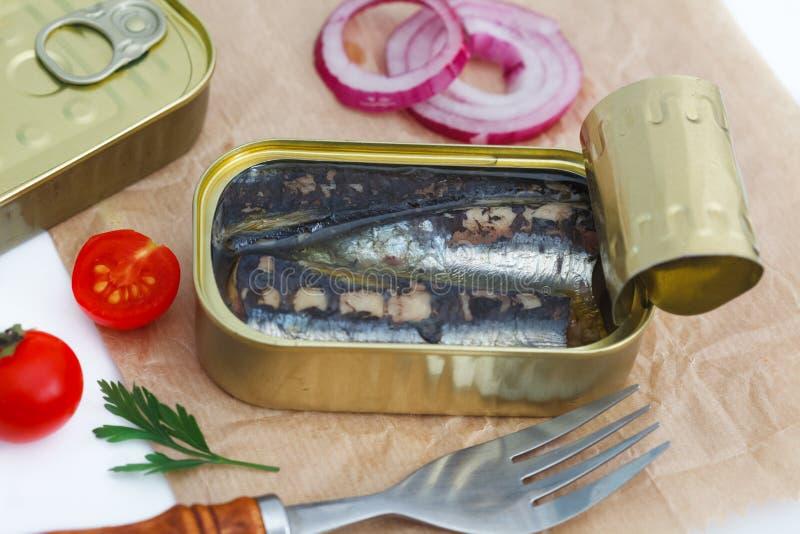 Plan rapproché d'une boîte ouverte de sardines photos stock