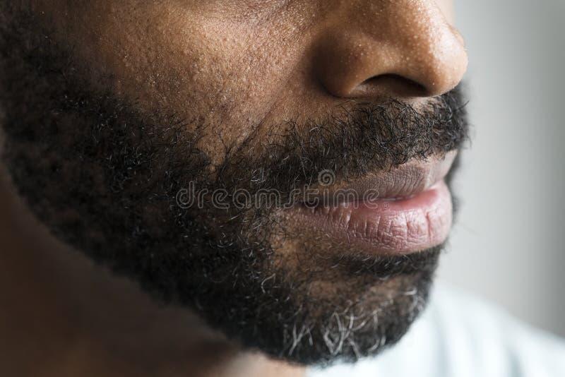 Plan rapproché d'une bouche d'un homme de couleur image stock