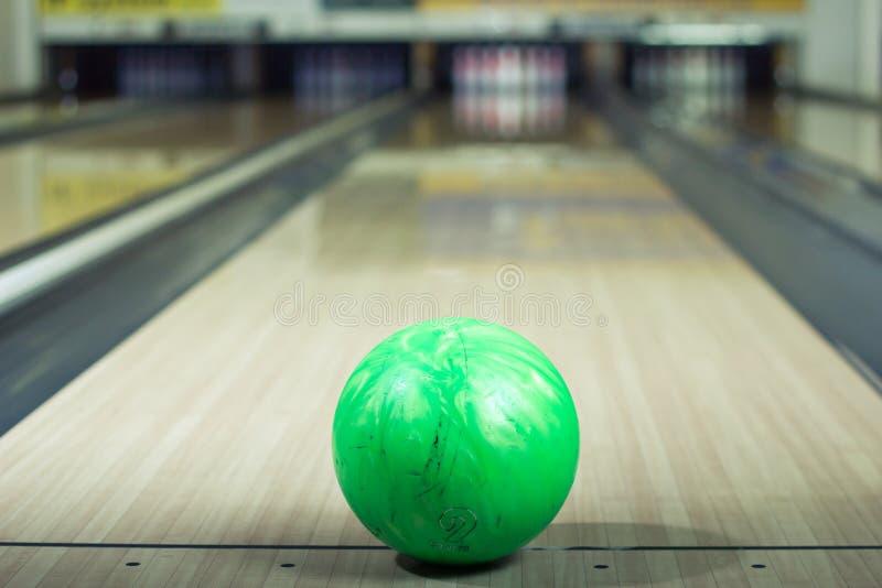 Plan rapproché d'une boule de bowling dans une allée image libre de droits