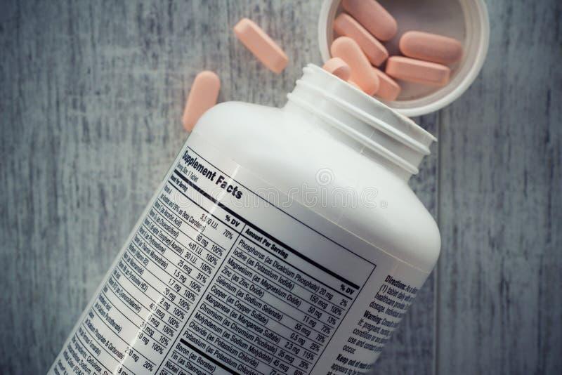 Plan rapproché d'une bouteille de vitamines photos libres de droits