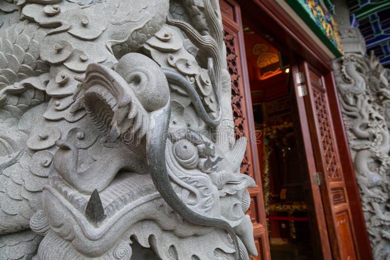 Plan rapproché d'une colonne en pierre décorée au PO Lin Monastery images stock