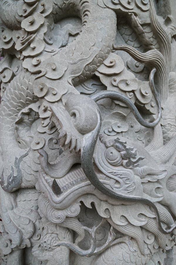 Plan rapproché d'une colonne en pierre décorée au PO Lin Monastery photographie stock