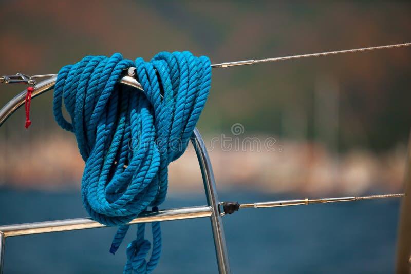 Plan rapproché d'une corde d'amarrage sur un yacht moderne photo stock