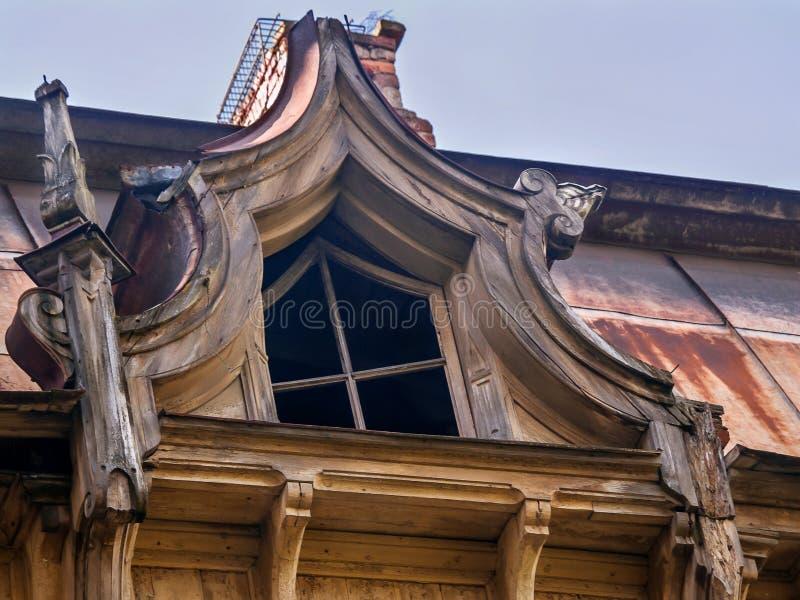 Plan rapproché d'une fenêtre de grenier dans une vieille maison en bois photos libres de droits