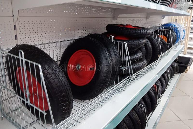 Plan rapproché d'une fenêtre de magasin avec des roues photo stock