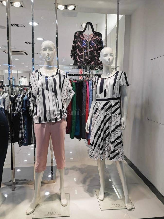Plan rapproché d'une fenêtre de magasin de mode dans la ville de Wuhan images stock