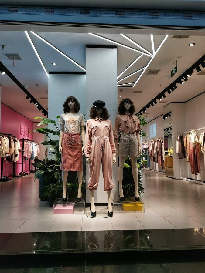 Plan rapproché d'une fenêtre de magasin de mode d'habillement dans la ville de Wuhan images libres de droits