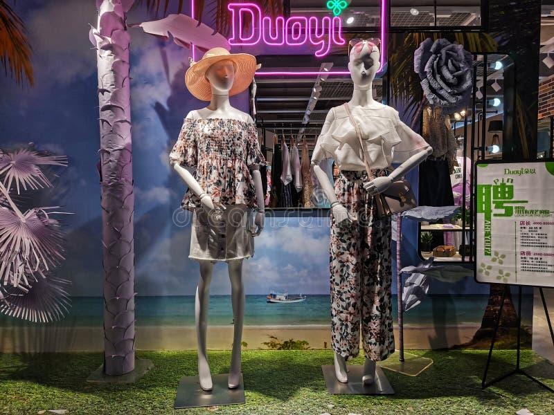 Plan rapproché d'une fenêtre de magasin de mode d'habillement dans la ville de Wuhan photos libres de droits