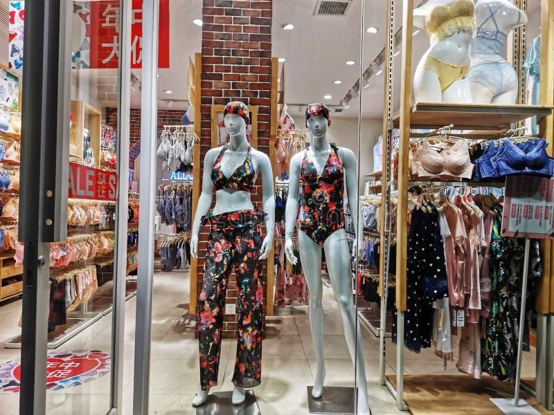 Plan rapproché d'une fenêtre de magasin de mode d'habillement dans la ville de Wuhan photo stock