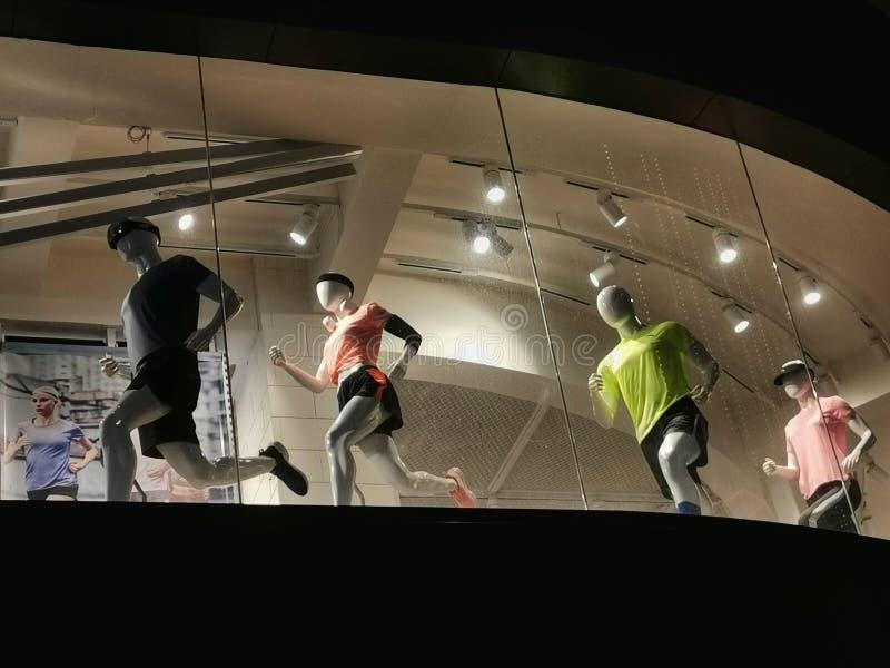 Plan rapproché d'une fenêtre de magasin de mode d'habillement dans la ville de Wuhan images stock
