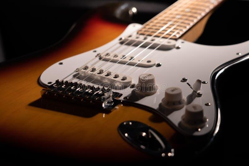 Plan rapproché d'une guitare électrique de rayon de soleil images stock