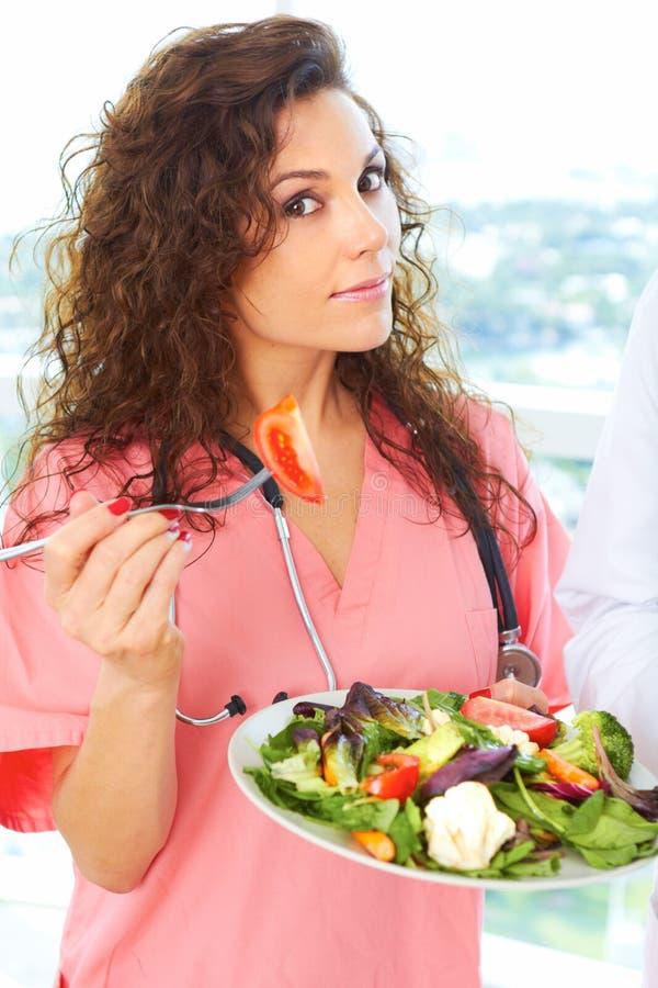 Plan rapproché d'une infirmière tenant la salade photos libres de droits