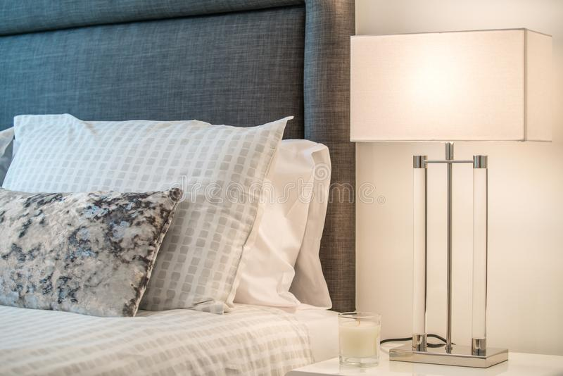 Plan rapproché d'une lampe de table dans un salon photo stock