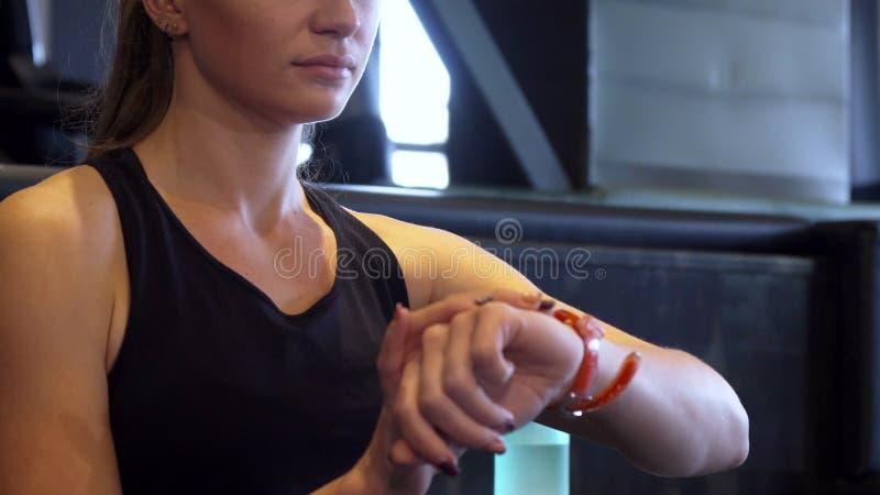 Plan rapproché d'une main du ` s de fille et de sa montre-bracelet image libre de droits