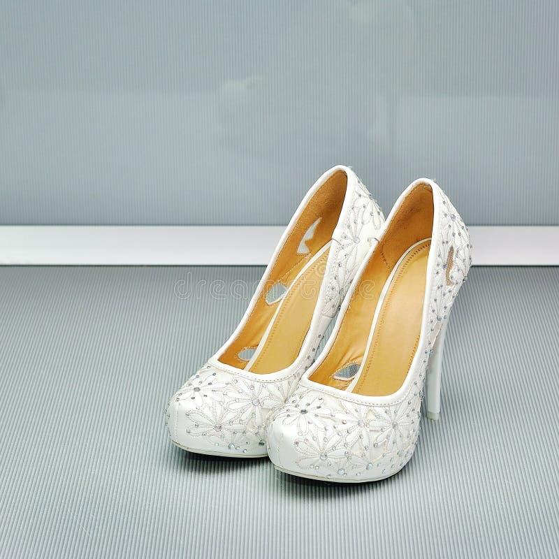 Plan rapproché d'une paire classique des chaussures de femmes blanches image libre de droits