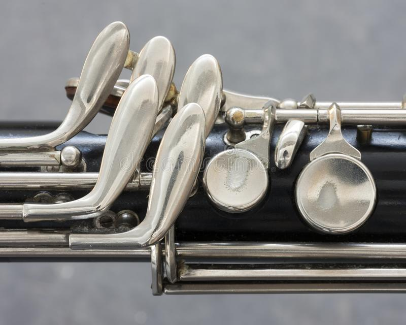 Plan rapproché d'une partie de clarinette basse avec le fond gris images libres de droits