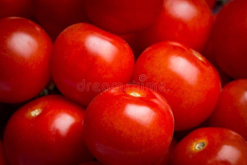 Plan rapproché d'une pile des tomates-cerises photographie stock
