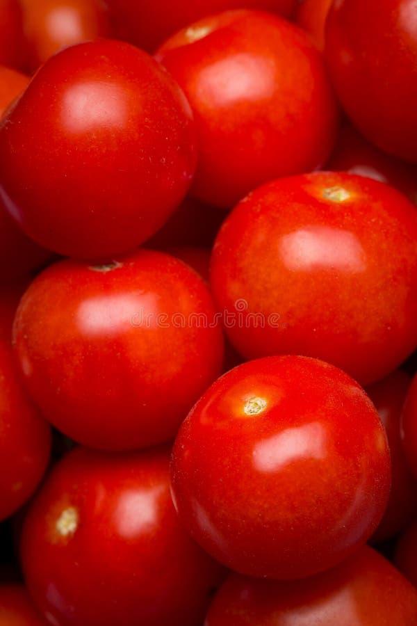 Plan rapproché d'une pile des tomates-cerises image libre de droits