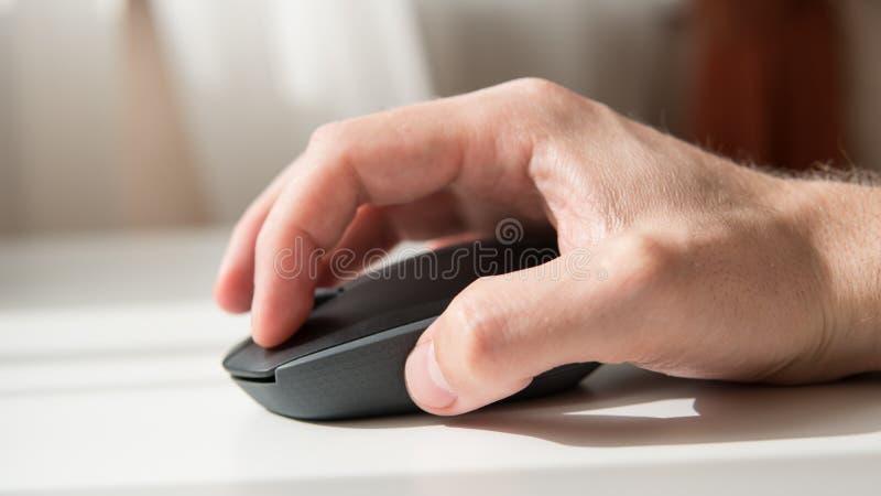 Plan rapproché d'une souris d'ordinateur sur un fond blanc Périphérique d'entrée pour l'ordinateur Orientation peu profonde photos libres de droits
